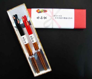 Japanische Essstäbchen mit Koimotiv